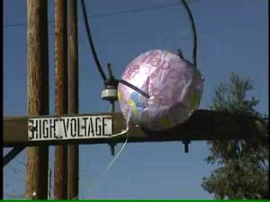 peligro globo de foil en tendido eléctrico